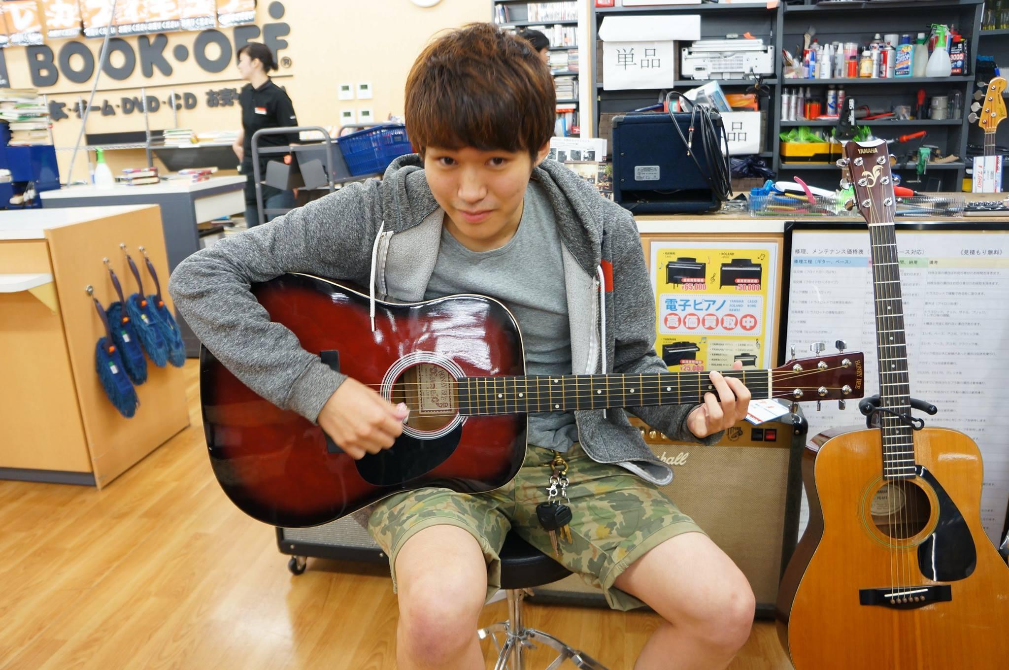 ブックオフでギターを試奏する写真3