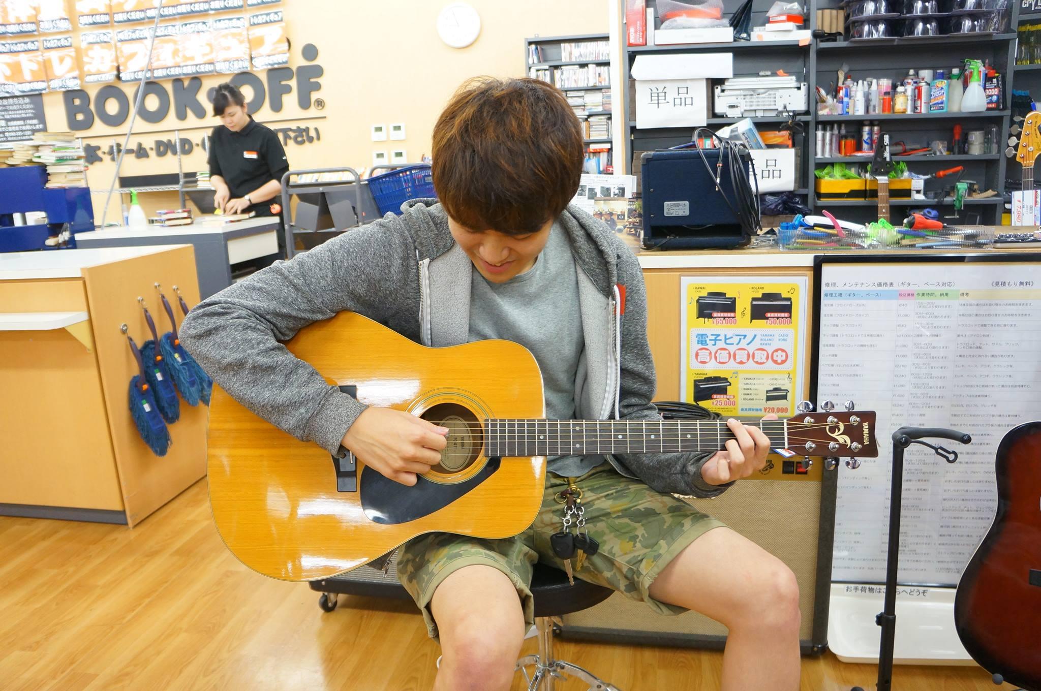ブックオフでギターを試奏する写真1