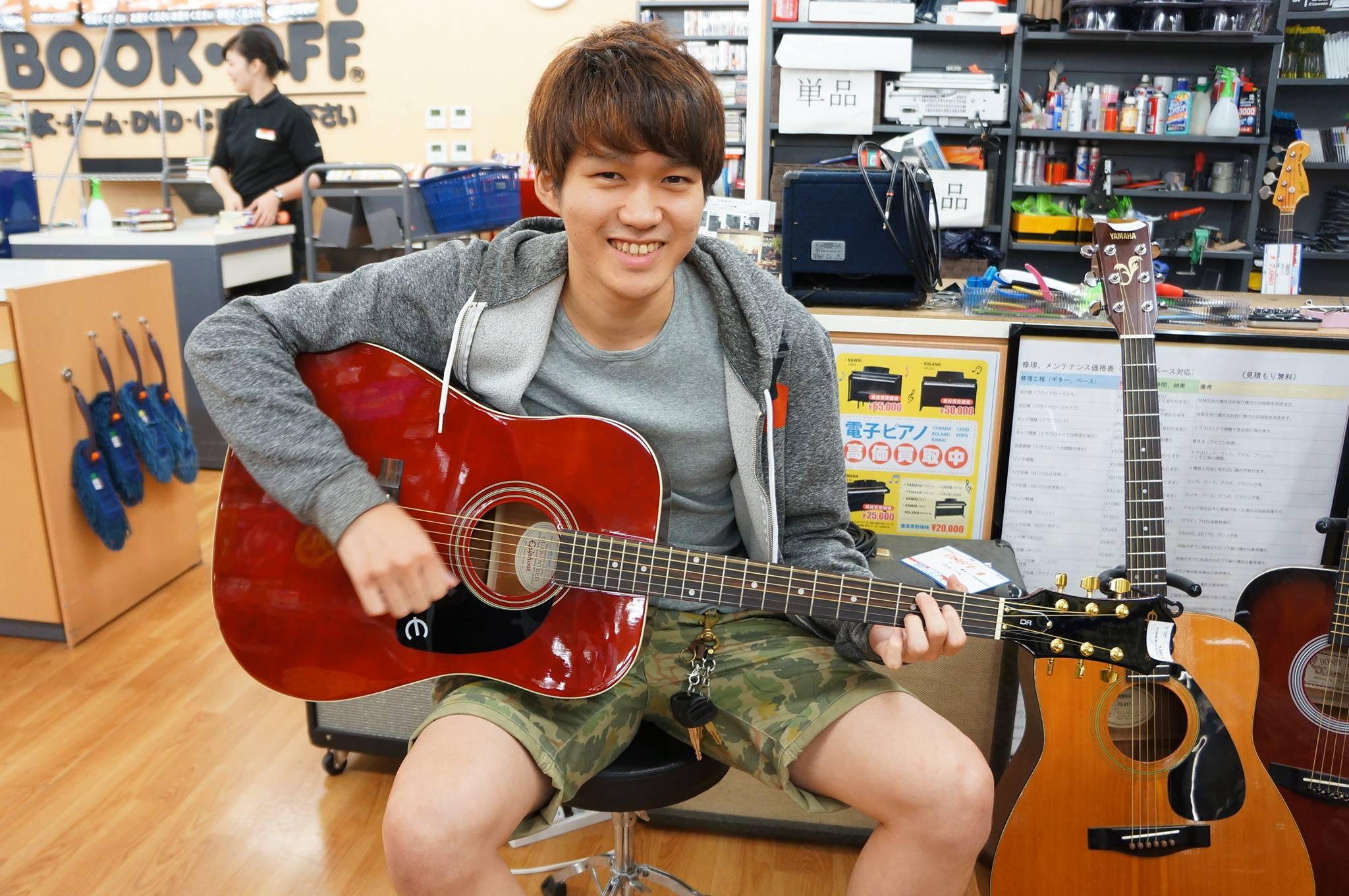 ブックオフでギターを試奏する写真2