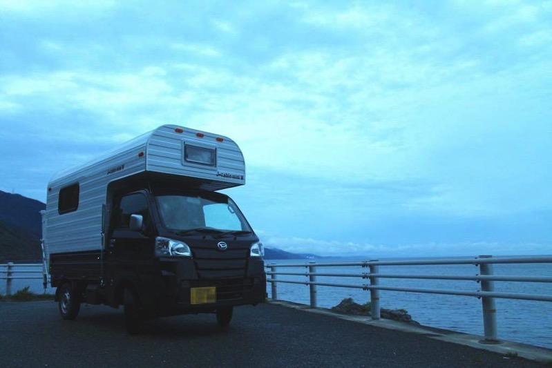 海沿いのキャンピングカーの写真