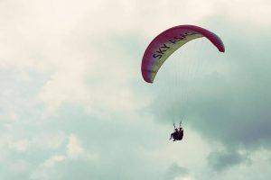 パラグライダーで飛行中の写真