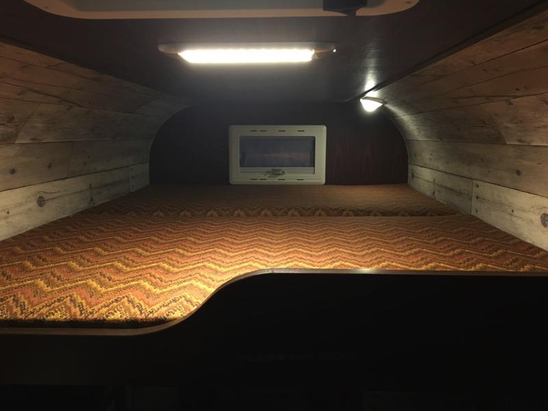 キャンピングカー車内ロフトベッドの写真