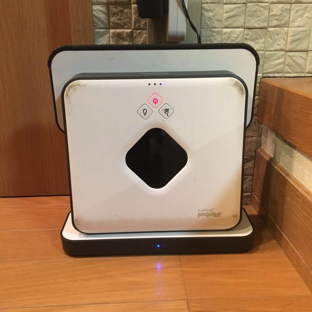 床拭きロボットブラーバ充電中の写真