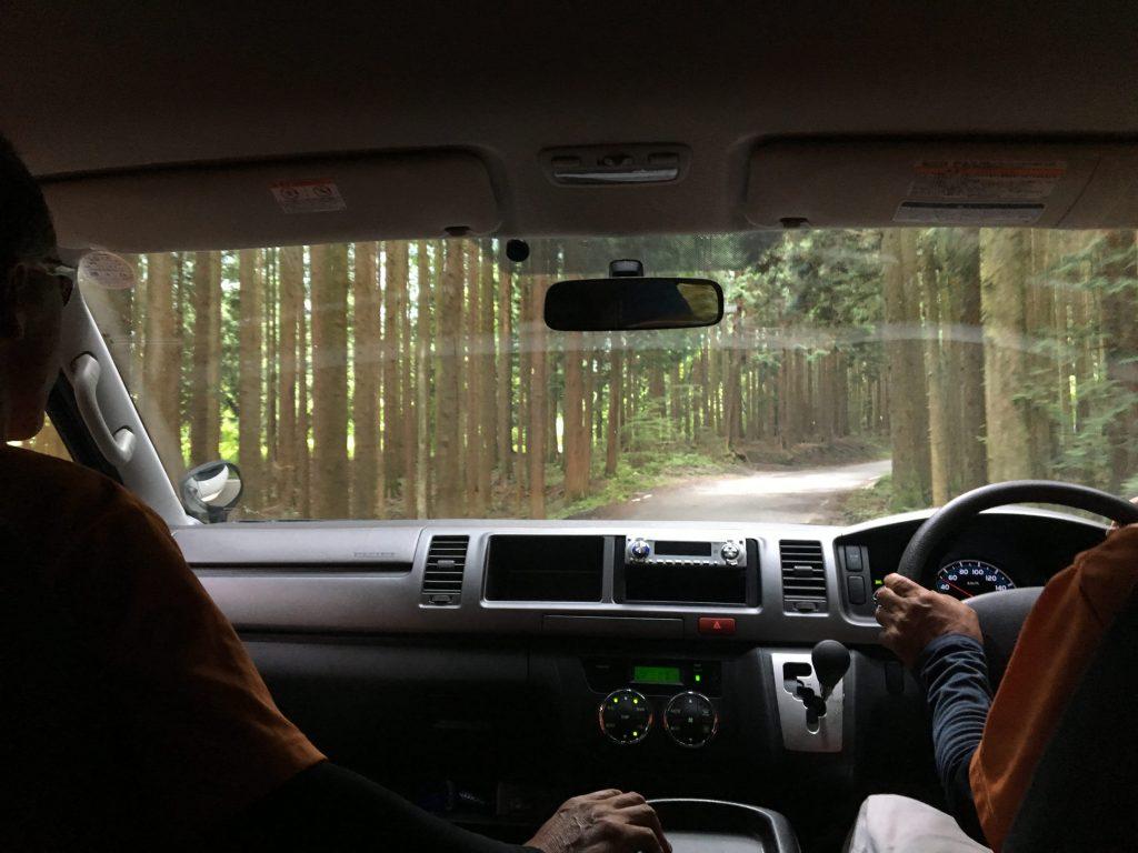飛行地点までの車の車内