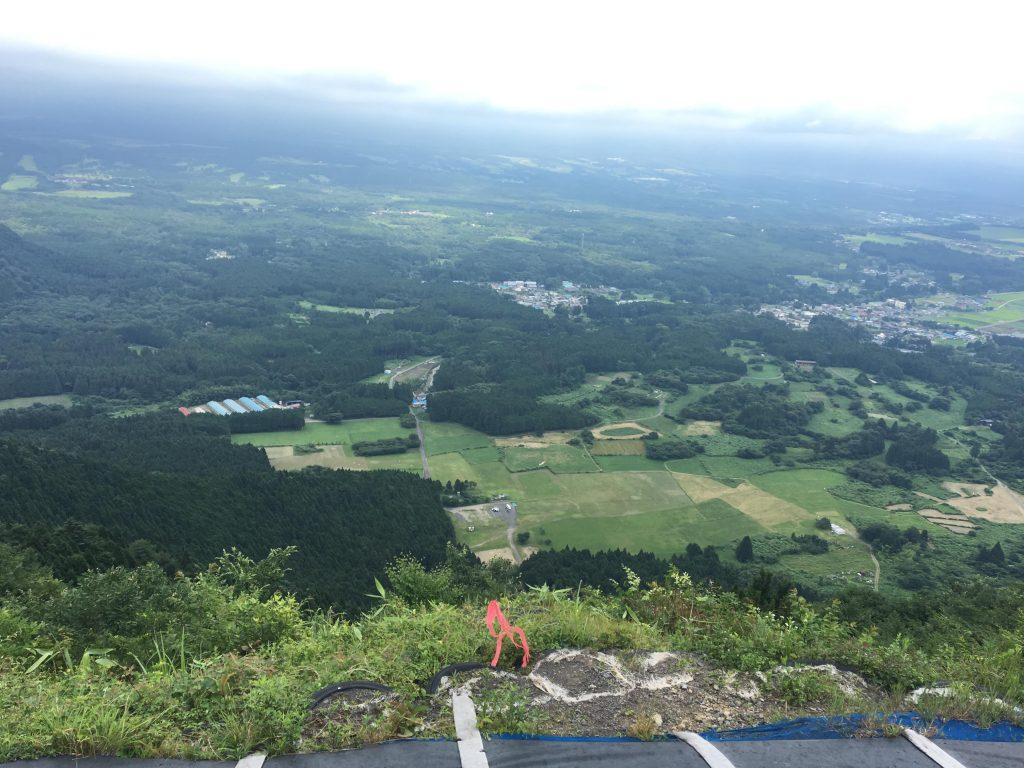 パラグライダーを飛ぶ地上300メートルからの景色