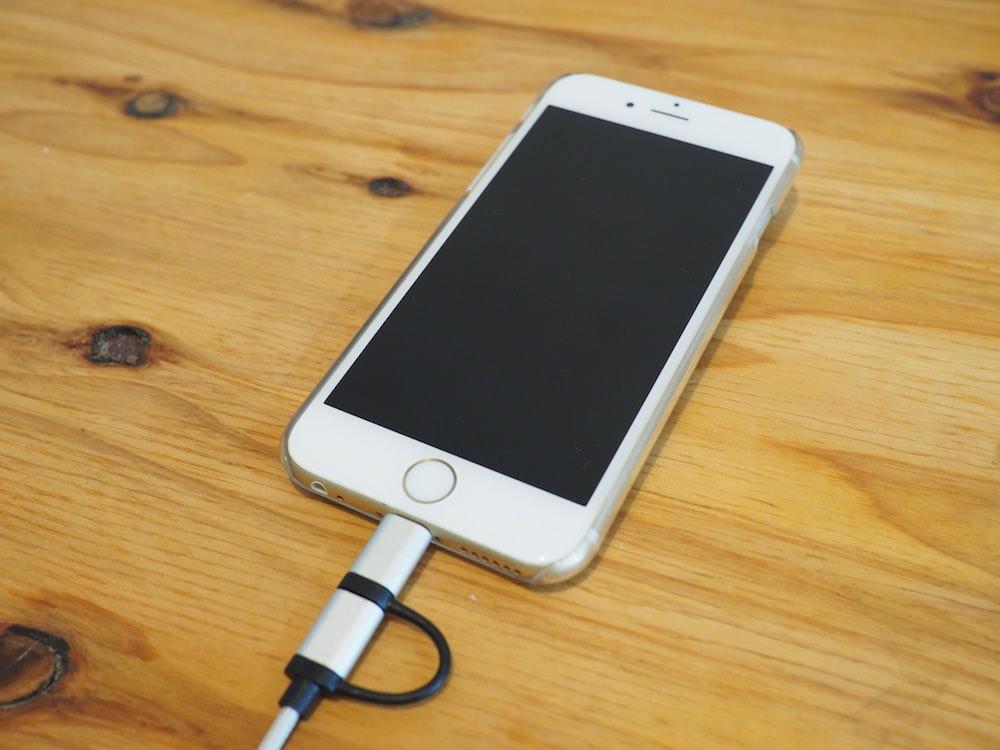 iPhoneを充電中のLightningケーブル