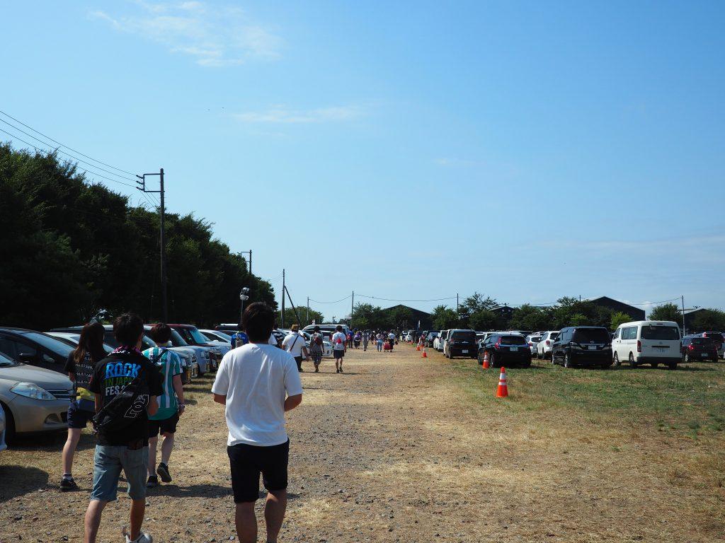駐車場から会場までの道