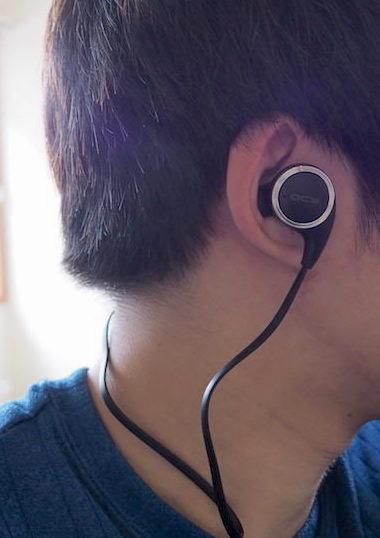 Bluetoothイヤホン「QCY QY8」を耳につけた写真