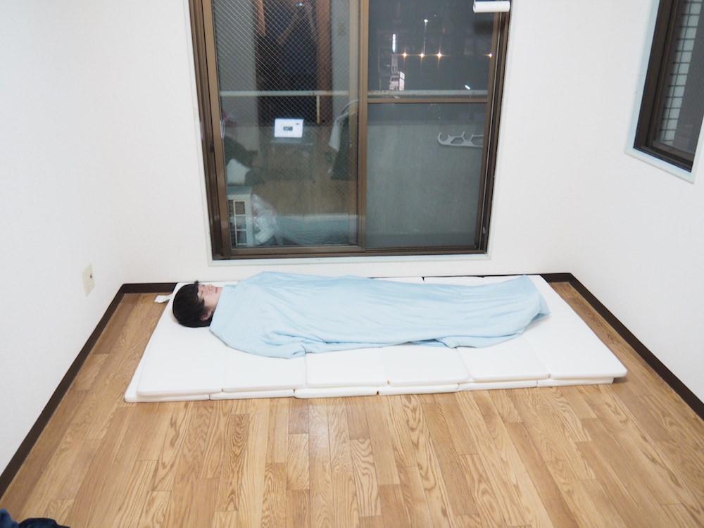 マットレスで眠るミニマリスト