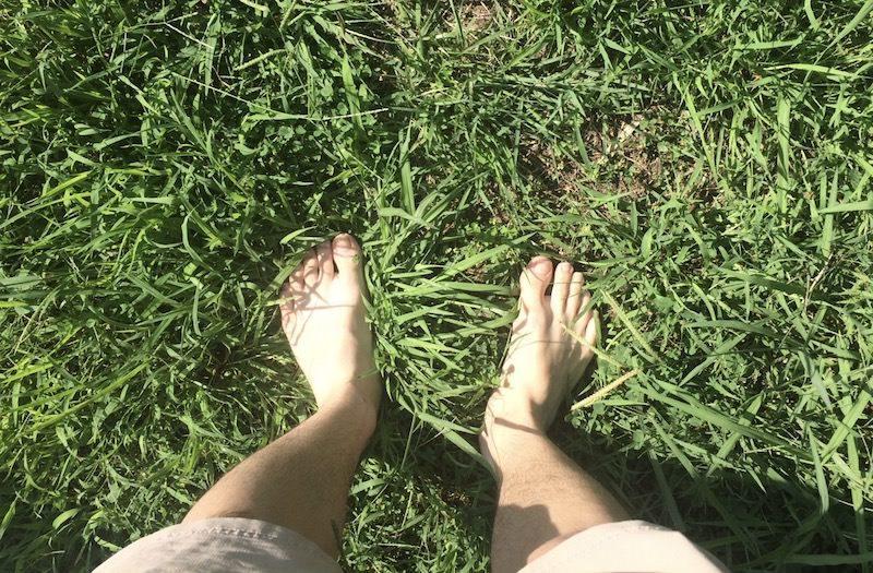 裸足で公園を歩いてみた。そこで感じたメリット