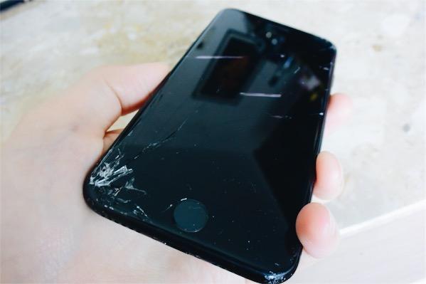 iPhoneの画面を割れたまま使う女性とは付き合えない